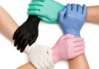 productfoto handen met verschillende kleuren latex handschoenen